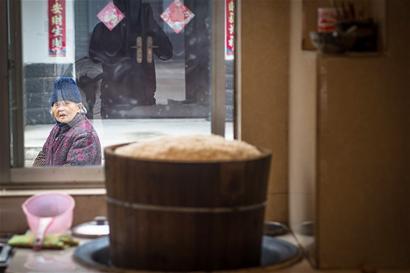 酿酒木桶蒸饭图片
