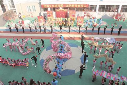 幼儿园被喜庆的氛围包裹着:红色的灯笼和中国结高挂